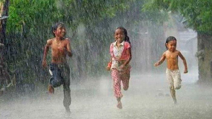 Inilah Manfaat Hujan Bagi Anak-Anak
